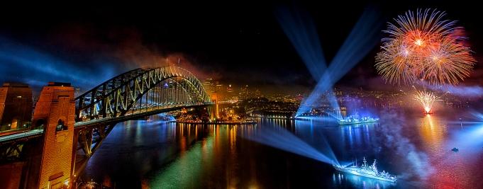2013澳大利亚悉尼《百年国际海军節》摄影專题比赛金奖,《划破黑夜》。